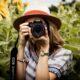 Kvinde tager billeder i naturen