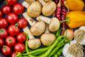 Mange forskellige grøntsager ligger på bord