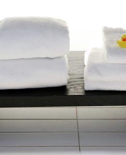 sort bænk med hvide håndklæder