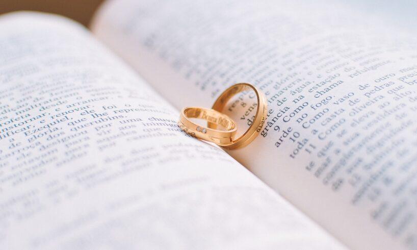 To guld ringe ligger på en åben bog