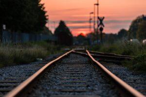 Togskinder i rød solnedgang i udlandet